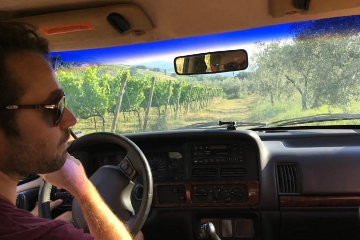 Enosafari Giorgio leidt ons in zijn blauw Jeep door wijnranken en olijfbomen.