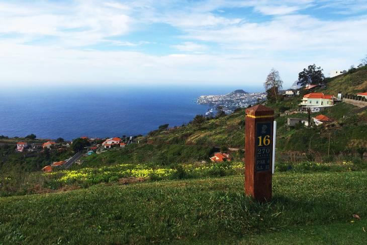Palheiro Golf biedt mooie doorkijkjes richting de lager gelegen Atlantische Oceaan.