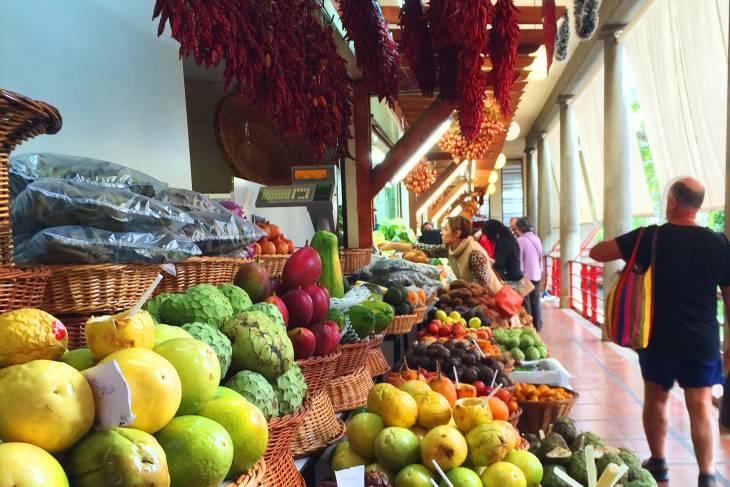Wie een marktje in Funchal bezoekt, treft er alle kleuren van de regenboog.
