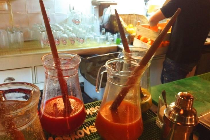 De typisch Madereense drank poncha kun je op veel plekke in Funchal drinken.
