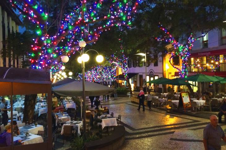 Lampjes in alle kleuren laten de straten van Funchal oplichten.