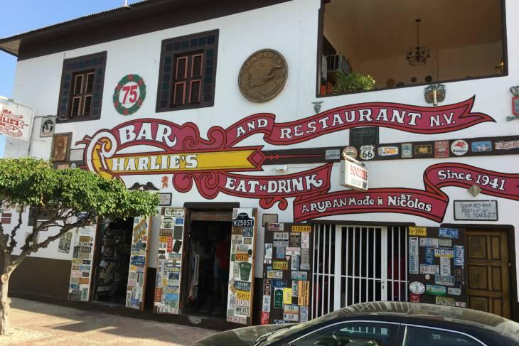 Charlie's Bar van buiten.