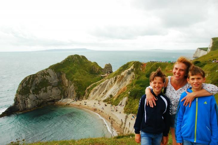 Familieportet tijdens wandeltocht langs de Engelse kust. RonReizen