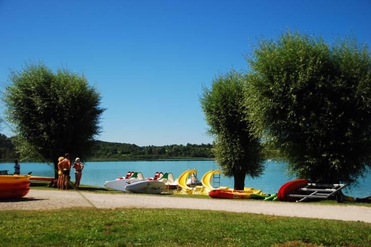 De oever van het meer van Clairvaux les Lacs.