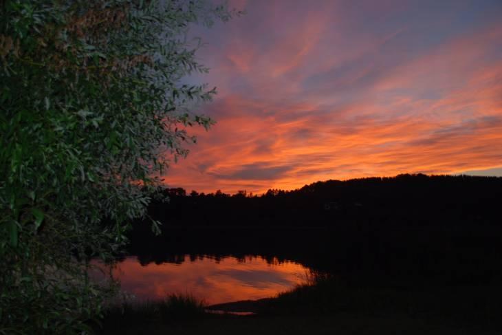 Mooie zonsondergang boven meer van Clairvaux les Lacs.