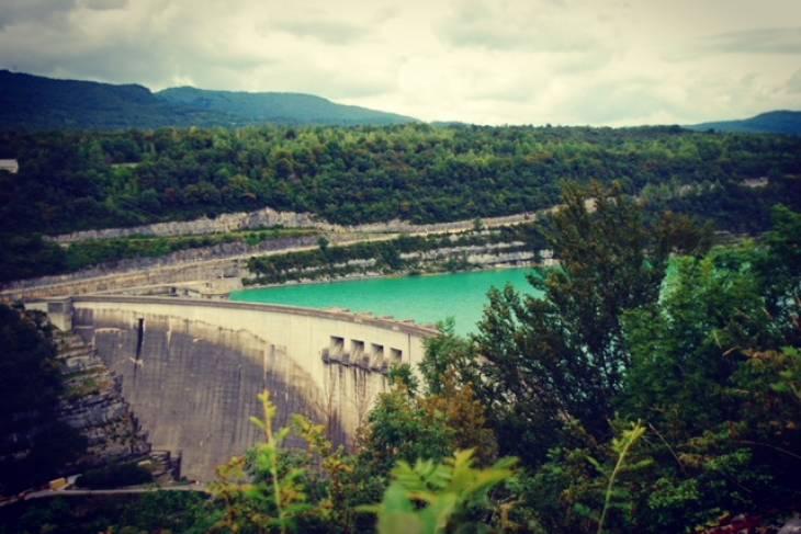 Stuwdam onderweg op route van de meren in de Jura.