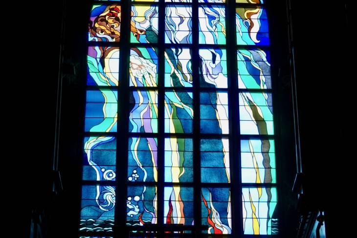 Deze scheppingsvoorstelling in glas-in-lood trekt drommen toeristen.