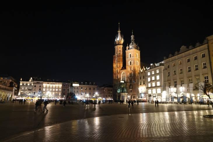 Aan de grote markt is de Mariakerk mooi uitgelicht.