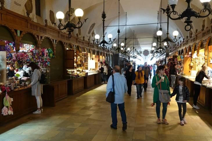 Onder de Lakenhal bevindt zich een winkelgalerij.