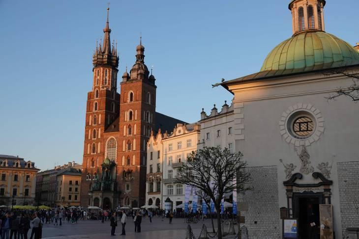 Het avondlicht valt op de Mariakerk aan de grote markt.