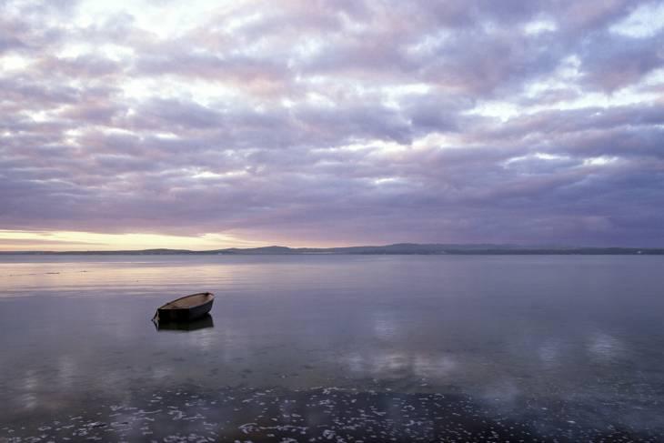 Mooi verstild vergezicht vanaf Islay in de Hebriden.