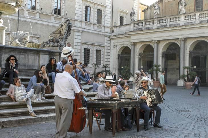 Straatartiesten vind je dagelijks op Piazza Santa Maria.