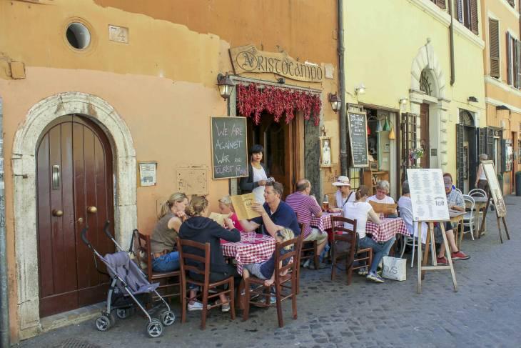 Veel gezelligheid straat in Trastevere.