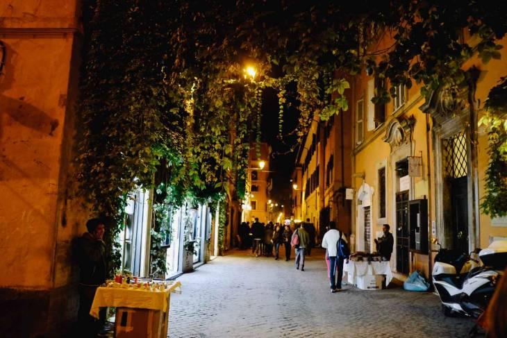 Sfeervol beeld van Trastevere in de avond.