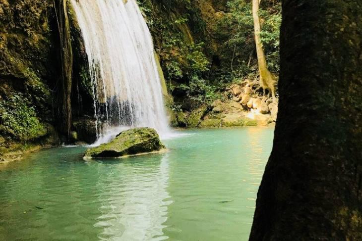 De Erawan watervallen in Kanchanaburi zijn een plaatje