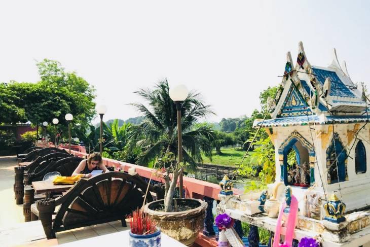 Terras bij Pong Phen guesthouse in Kanchanaburi