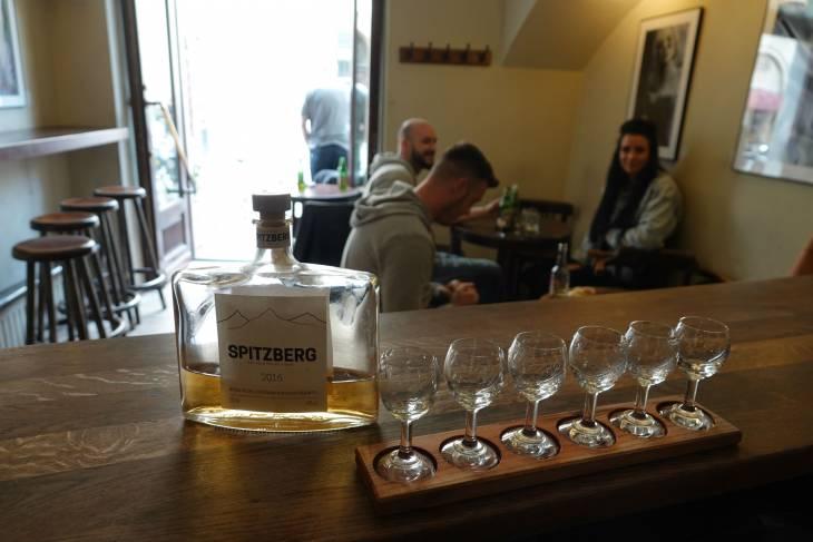 Proeven van zes verschillende soorten wodka.
