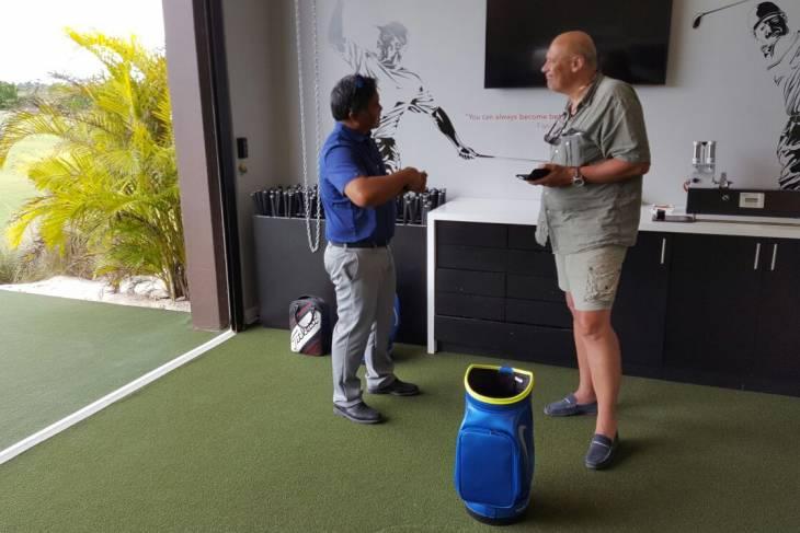 Golfmanager Lemon Gorospe laat de fantastische practice area zien.