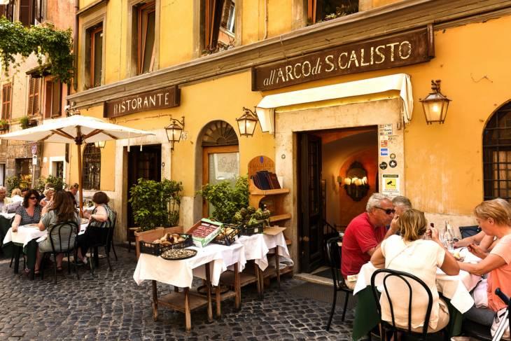 In de straatjes van Trastevere vind je zat restaurantjes.
