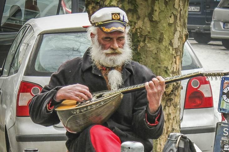 Straatmuzikant in een van de trendy wijken.