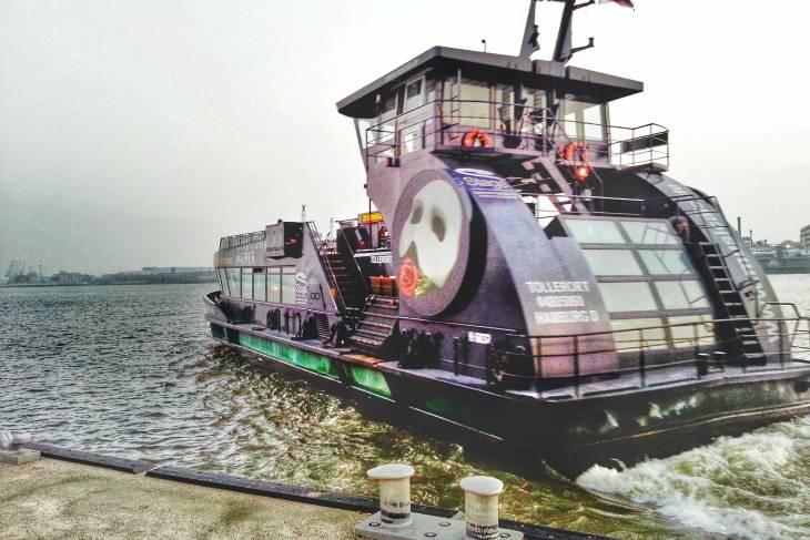 De havenferry brengt je naar tal van leuke nieuwe plekjes in Hamburg.