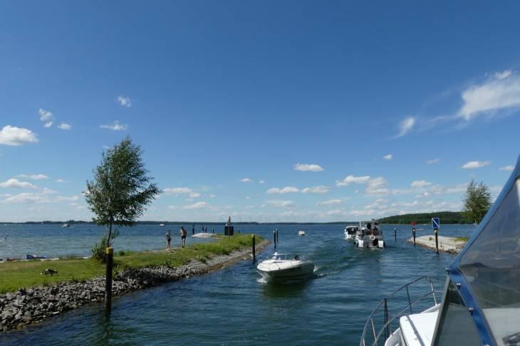 Het kanaal uit en de Plauer See op.