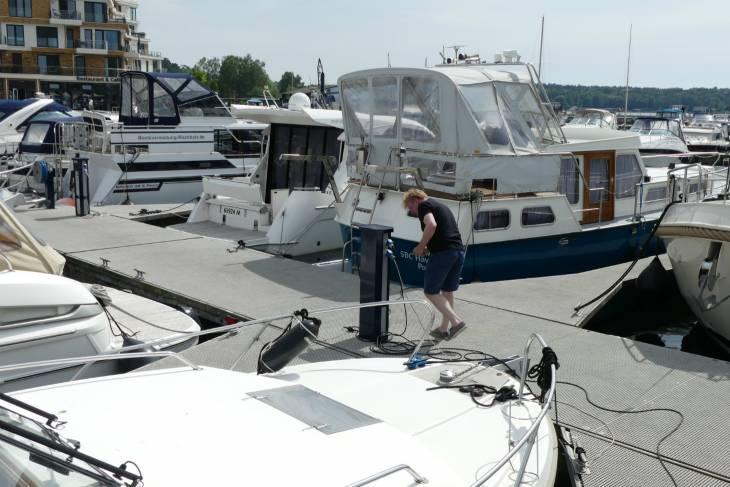 Een van de eerste acties in elke haven: inpluggen voor elektriciteit.