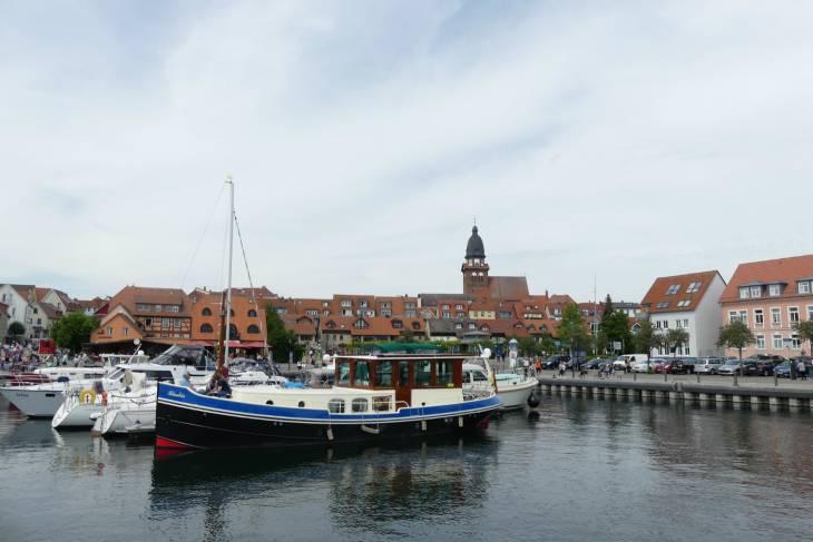 De haven is midden in het stadje.