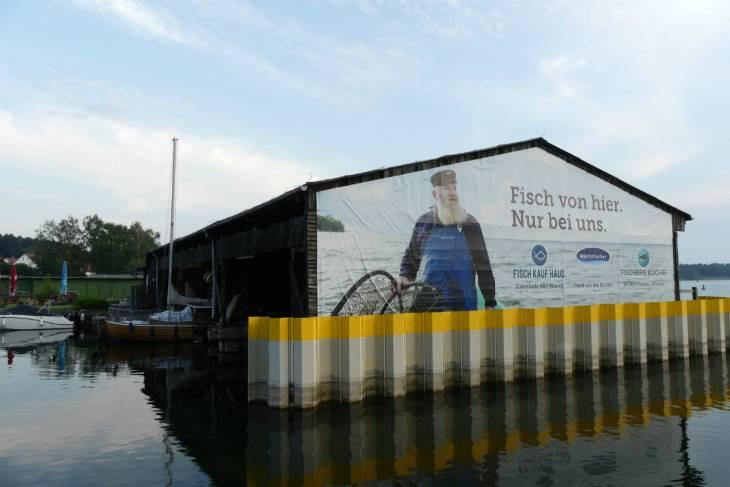 Grote reclame van een stoere Müritzfischer.