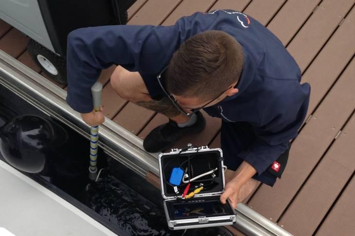 Met een onderwatercamera wordt de schroef gecontroleerd.