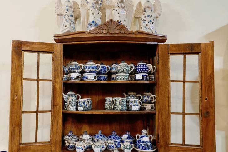 Dennis tipt Dekor Art als een van de winkeltjes voor dat typerende Poolse aardewerk.