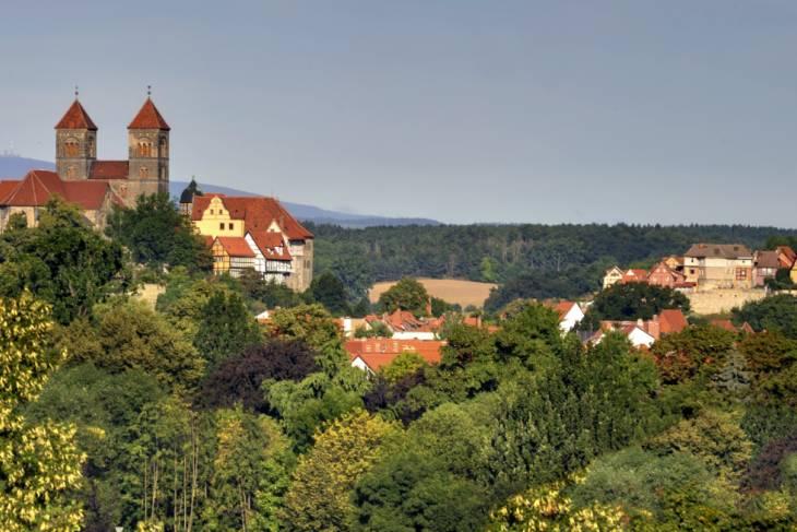 De Romaanse kerk staat op een zandstenen heuvel.