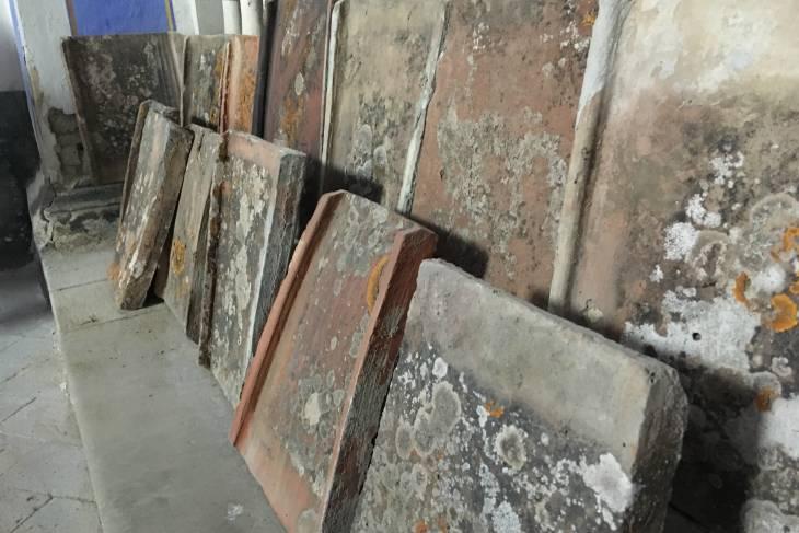 Enzo Scuderi dakpannen als schildersdoeken. Toscane.