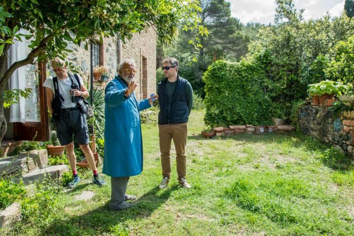 Enzo Scuderi in gesprek met gasten in Pomerance Toscane.