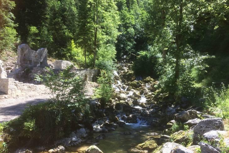 Kleine waterval in La Frasnée Jura.