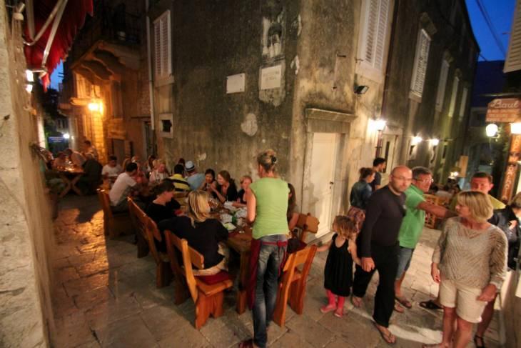 Kroatisch stadje in de avond.