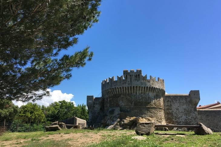Goed bewaard gebleven burcht in Populonia. Een Toscaans dorp boven op een berg.