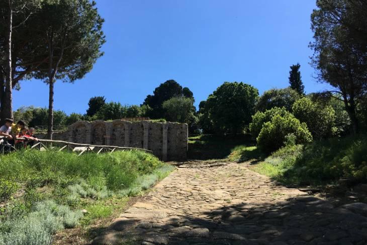 Toscane Populonia archeologisch park. Romeinse weg.